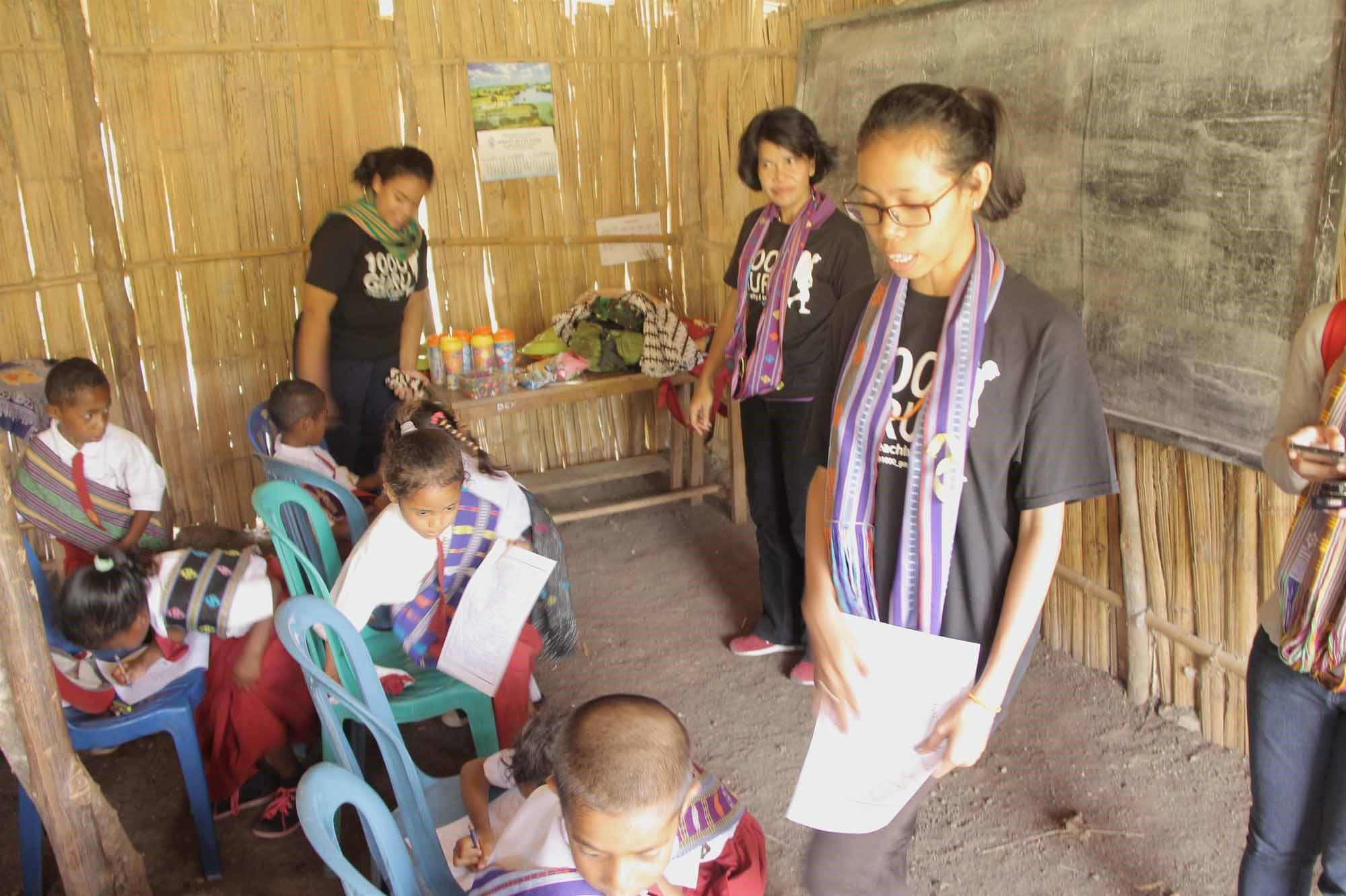 Para relawan Komunitas 1000 Guru yang datang dari beragam latar belakang berbagi ilmu seputar pengetahuan umum dan memotivasi murid-murid di SD Negeri Kofi, salah satu sekolah dasar yang masuk dalam Smart Center Project binaan Komunitas 1000 Guru yang didukung oleh PT Fast Food Indonesia.